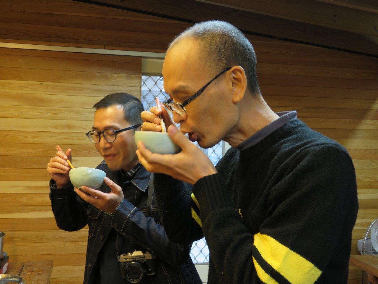 幾位客人受邀也一起共享冬至進補夜明砂粥。圖/蝙蝙館提供