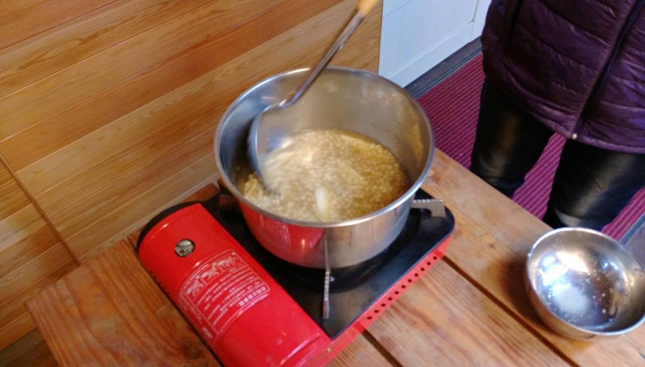 蝙蝠志工以簡單爐具煮夜明砂粥。圖/蝙蝙館提供