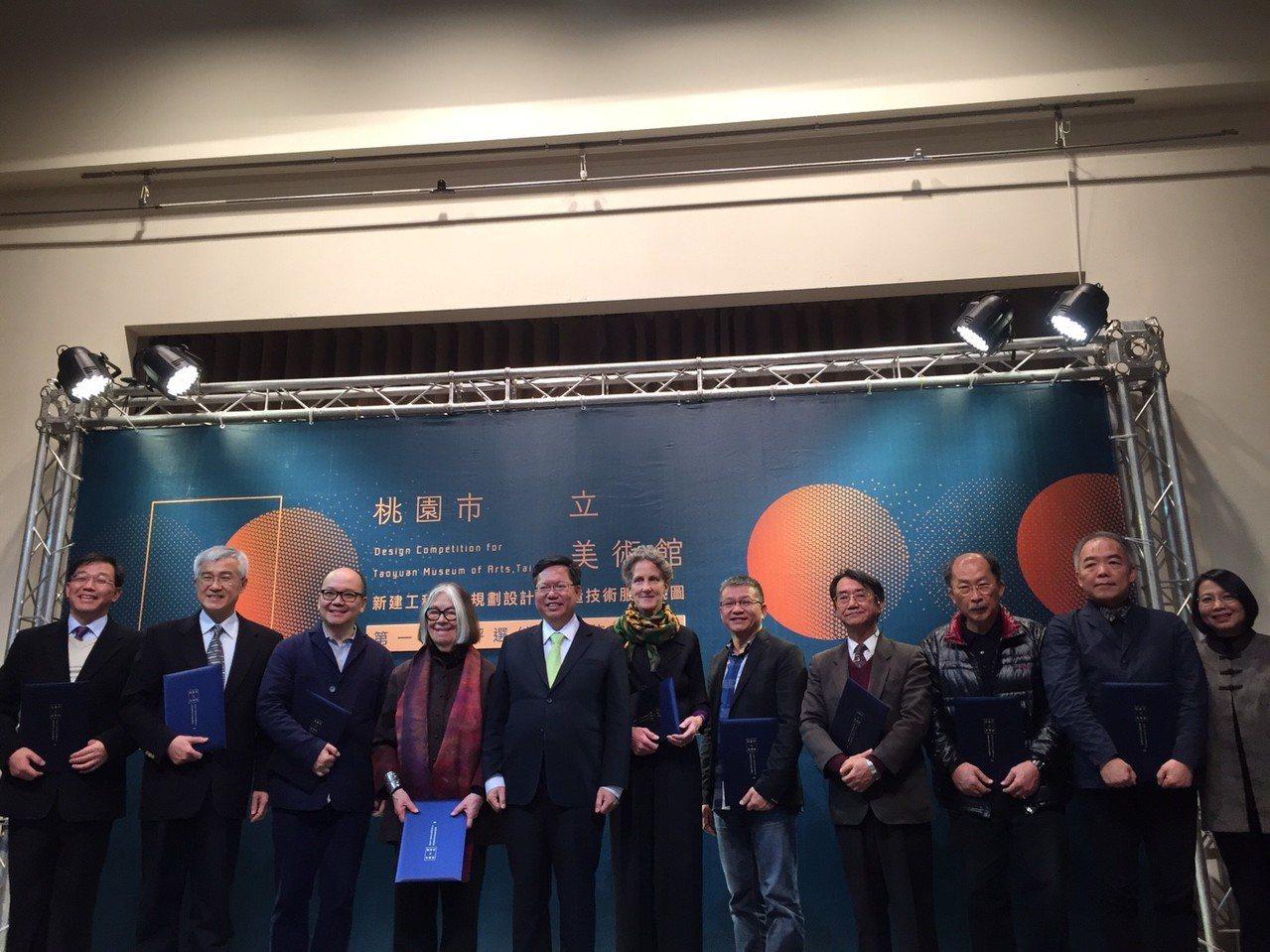 桃園新建市立美術館第一階段入圍團隊名單揭曉,市長鄭文燦(左5)與評審團合影並說明...