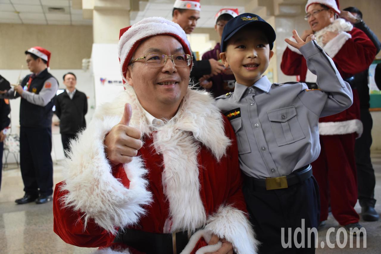 縣警察局長張榮興(左)變身耶誕老公公,送上小禮物給小小警察。記者郭宣彣/攝影