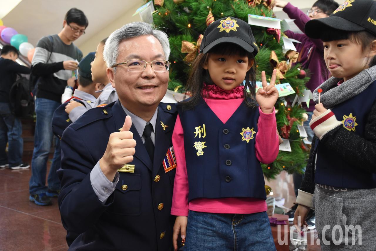 孩子穿上迷你版警察制服,與縣警察局長張榮興(左)拍照留念。記者郭宣彣/攝影