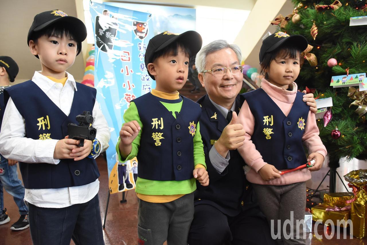 孩子穿上迷你版警察制服,與縣警察局長張榮興(右2)拍照留念。記者郭宣彣/攝影