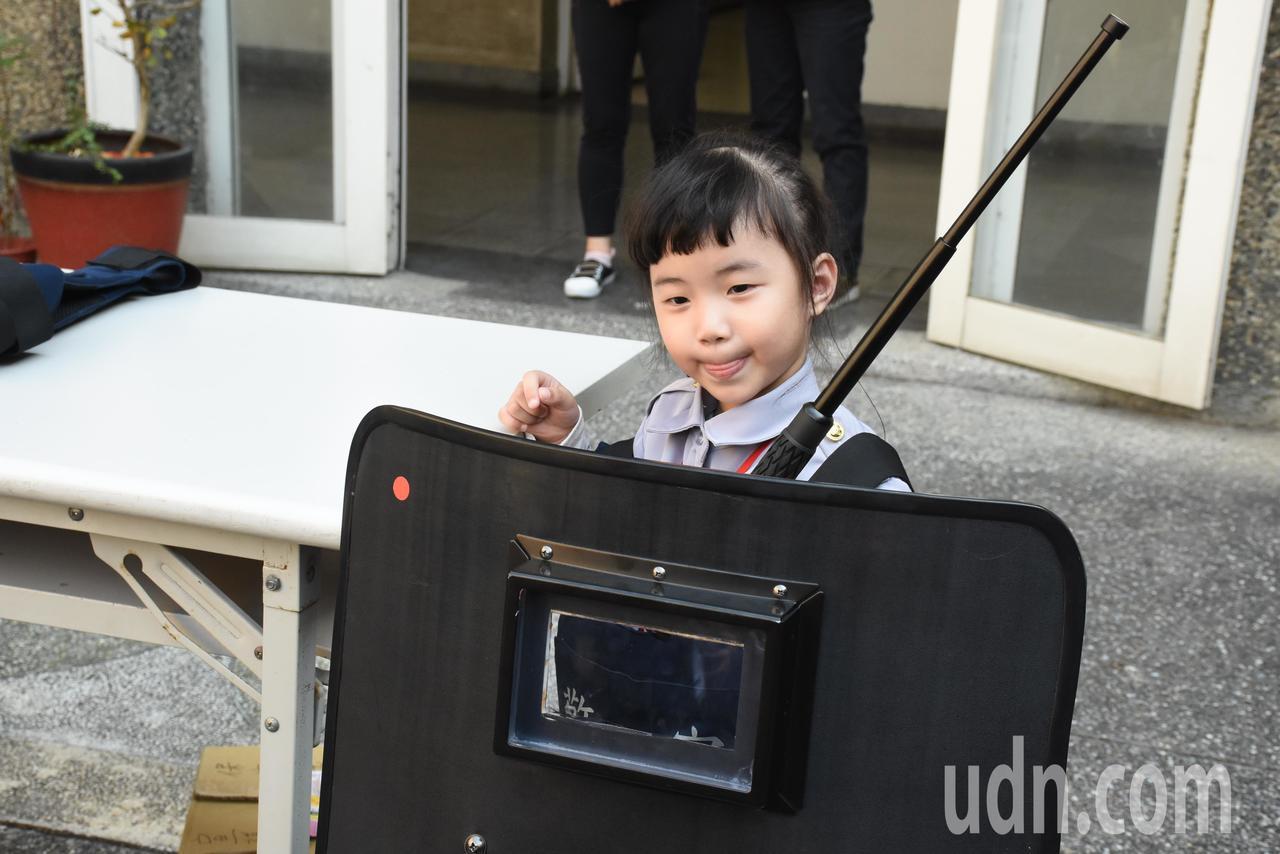 孩子穿上迷你版警察制服,並體驗警察裝備。記者郭宣彣/攝影