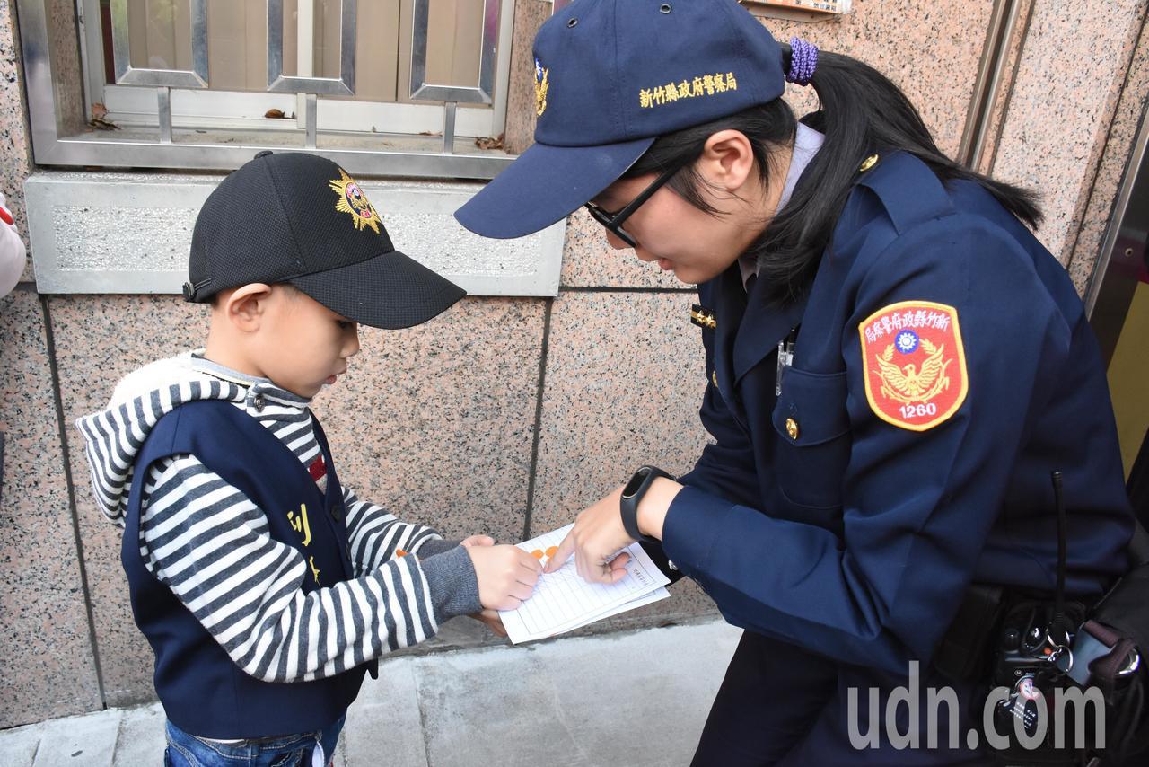 小朋友變身小小警察,體驗警察一日工作。記者郭宣彣/攝影