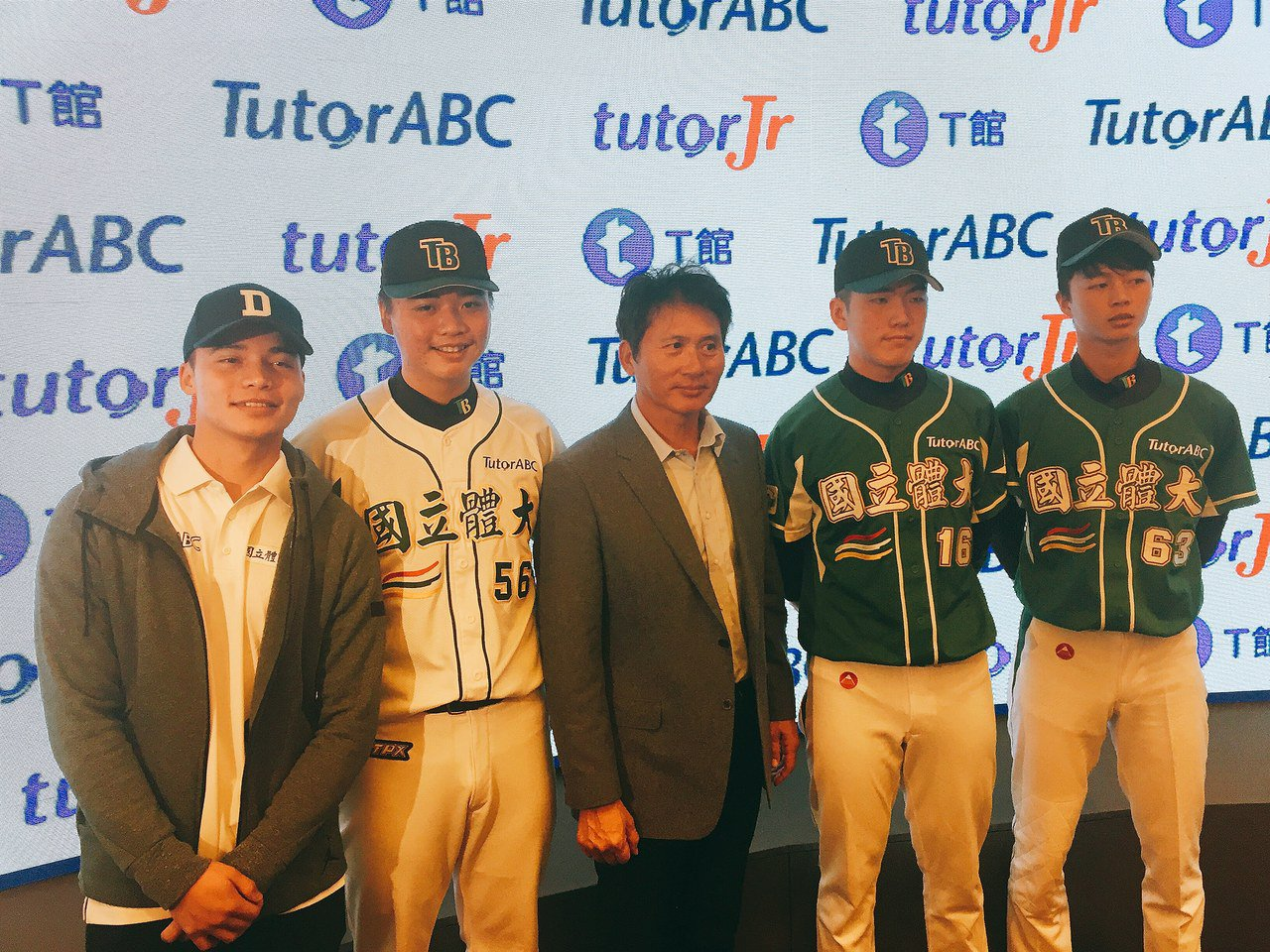 TutorABC贊助國體大運動員英語培訓課程,國體大球員林凱威(左起)、鄧愷威、...