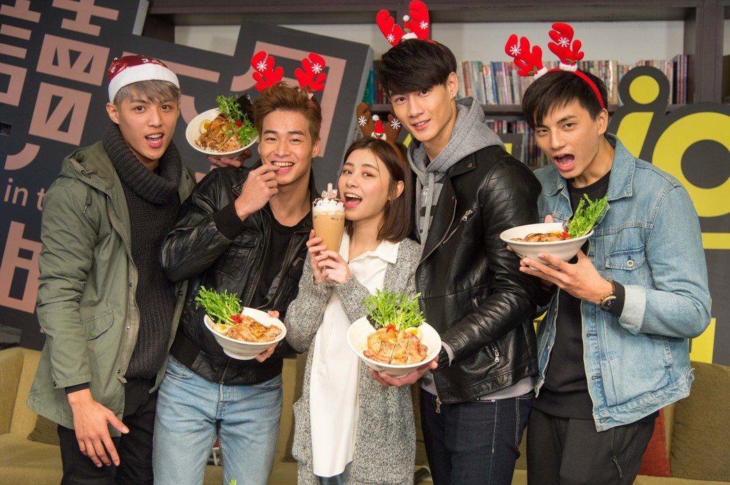 杜季祥(左起)、林敬倫、 劉宇珊、 黃柏峰、 鍾亞翰提前過耶誕。圖/三立提供