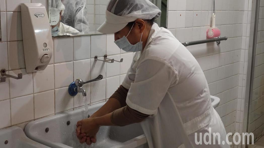 進去裕榮食品的廠區內要洗手消毒。記者劉星君/攝影