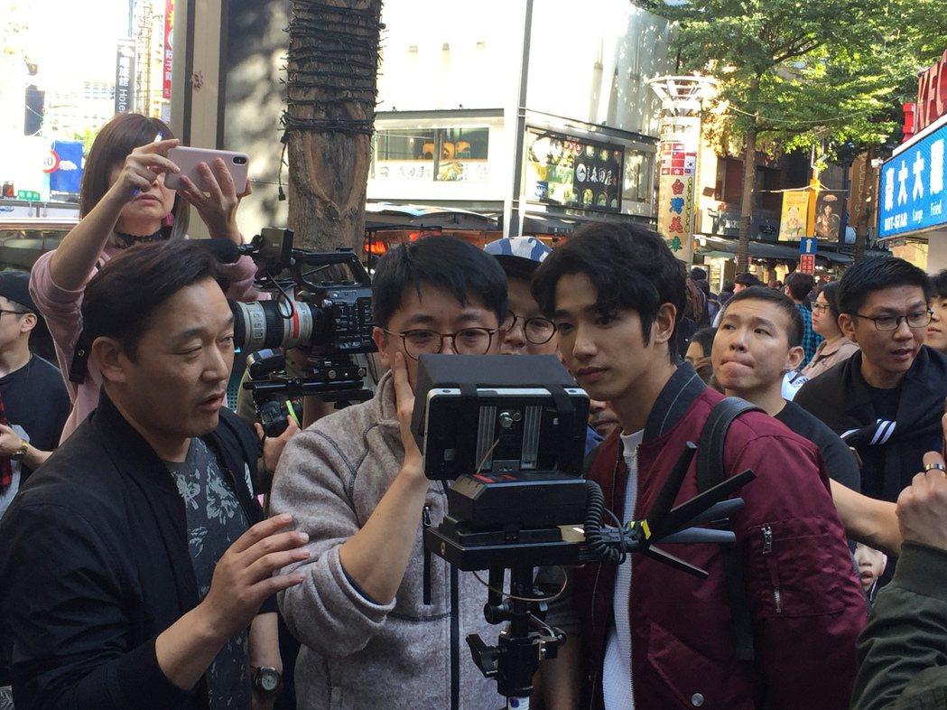 劉以豪(右)與韓國導演朴泂俊(中)一同在西門汀拍攝韓國電視節目「Embracin...