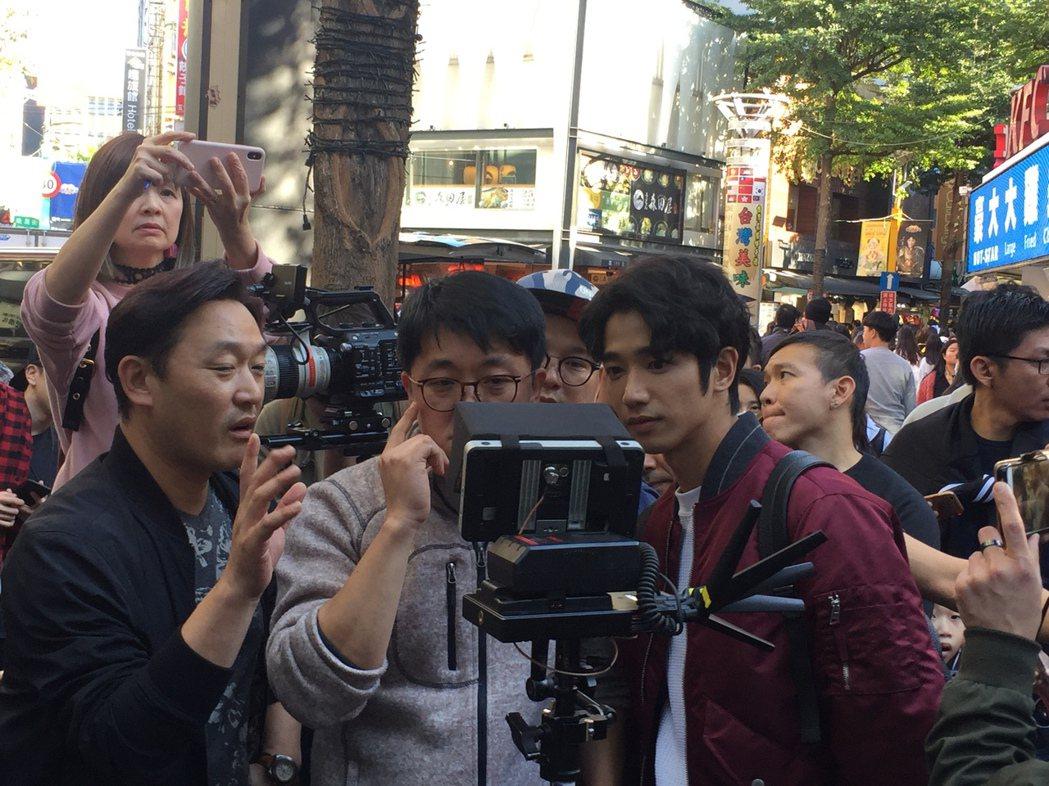 劉以豪(右)與韓國導演朴泂俊(中)一同在西門汀拍攝韓國電視節目「Embracin