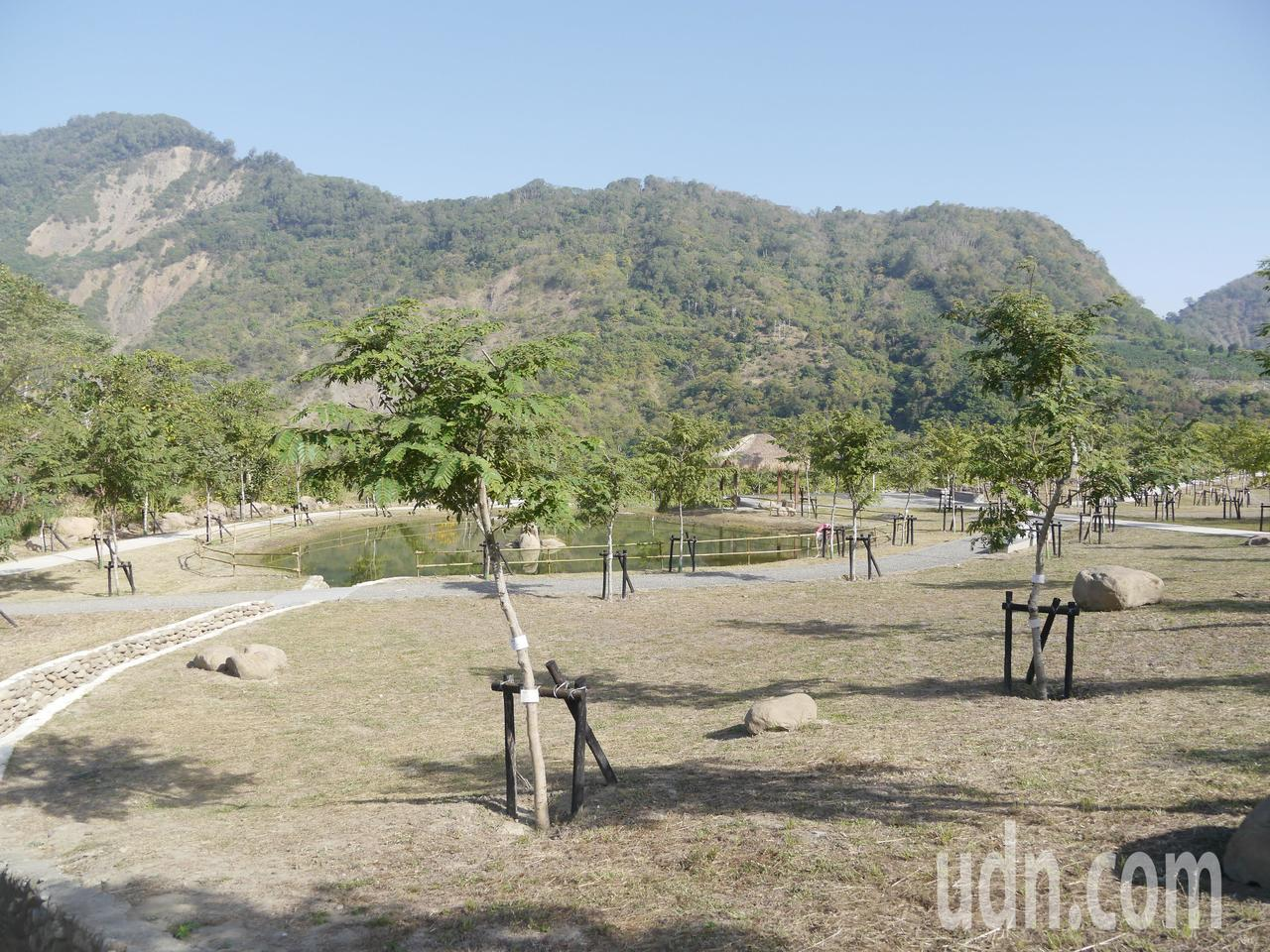 溫泉公園占地寬廣,周圍有賞花步道親近大自然。記者徐白櫻/攝影