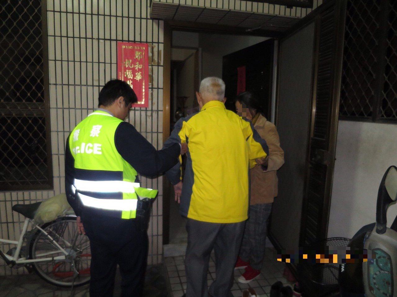 90歲李姓老翁昨晚在寒冬夜迷路,經莊敬所員警的協助,安然護送返家。記者邵心杰/翻...