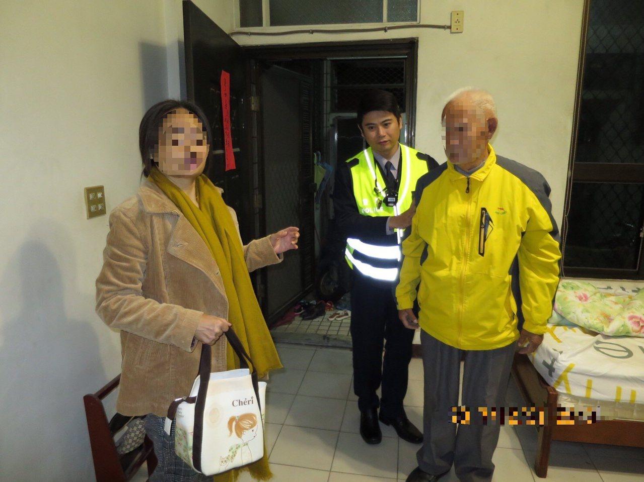 李姓老翁昨晚得以平安返家,女兒感謝警方協助,稱讚員警「揪感心」。記者邵心杰/翻攝...