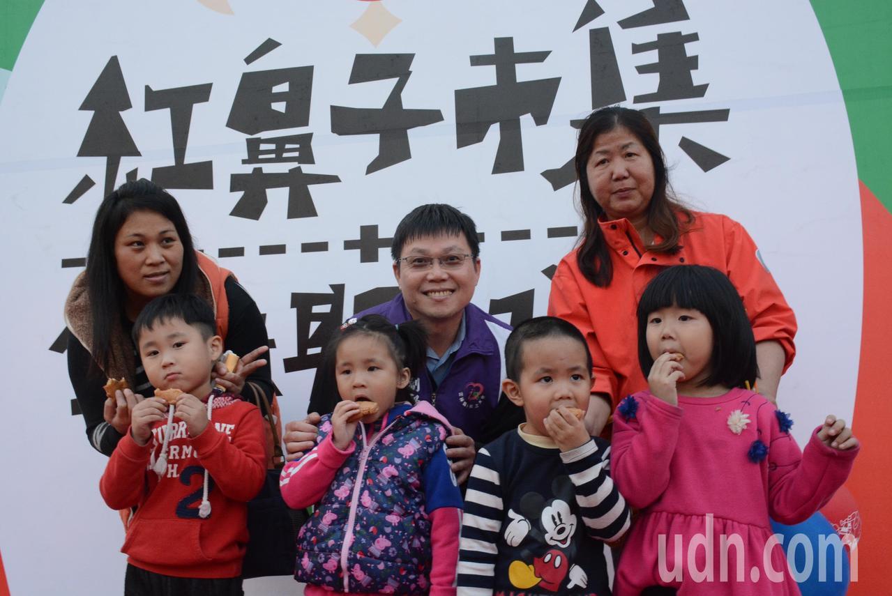 耶誕前夕,雲林小英之友會在斗六柚子公園舉辦三天紅鼻子耶誕市集,義賣所得全數捐給雲...