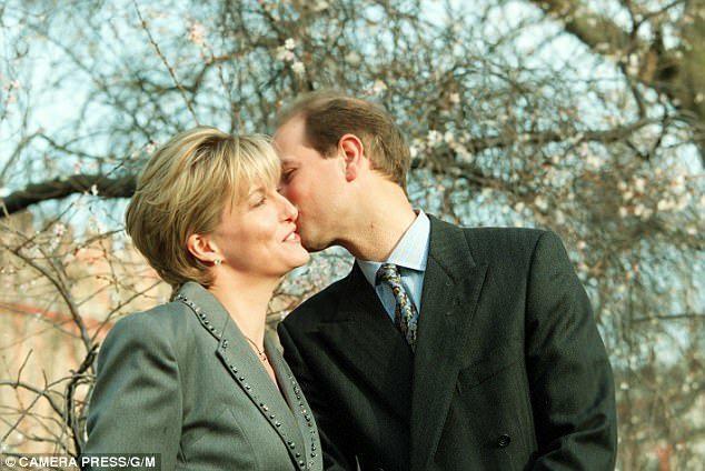 愛德華王子是英皇室重要成員中第一個能在訂婚照裡獻上一吻。圖/摘自Daily Ma...