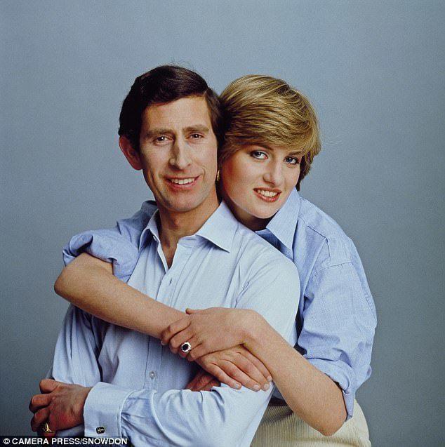 黛安娜在訂婚照中環抱查爾斯王子。圖/摘自Daily Mail