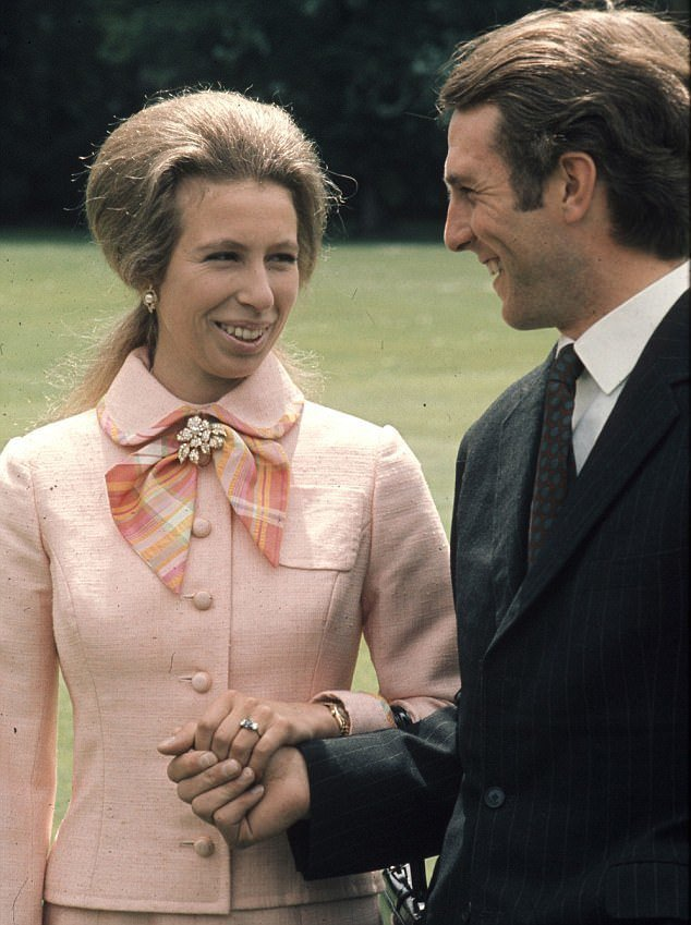 安公主和首任丈夫訂婚照中,終於可以牽手。圖/摘自Daily Mail