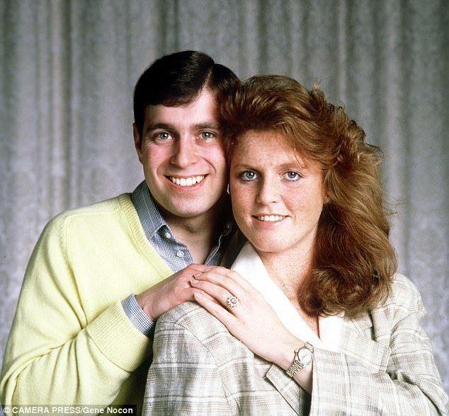 安德魯王子與佛姬在訂婚照看來有點靦腆。圖/摘自Daily Mail