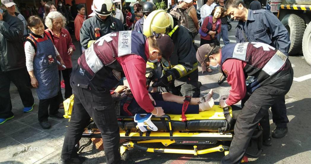 險些被混凝土預拌車輾過的老婦人,由救護人員送醫。記者林保光/翻攝