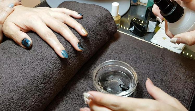 「綠野仙蹤」的轉印技巧:將黑色指甲油滴在水碗裡。圖/記者陳立儀攝影