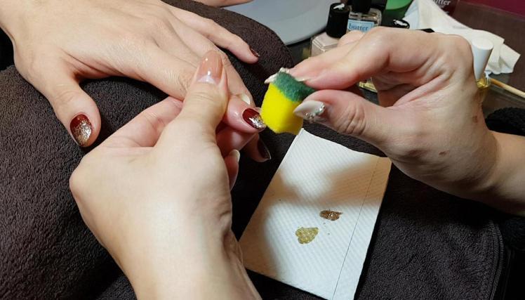 「華麗漫舞」打造亮片交錯暈染的利器就是菜瓜布海綿。圖/記者陳立儀攝影