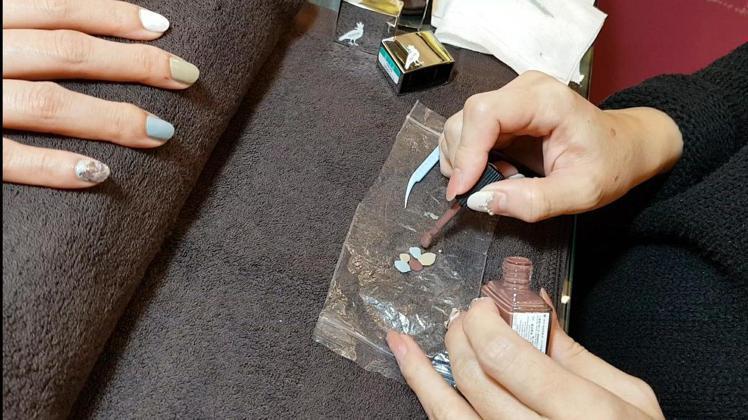 「情定馬賽」的轉印彩繪技巧:先將各色指甲油交錯點在剪開的夾鏈袋上。圖/記者陳立儀...
