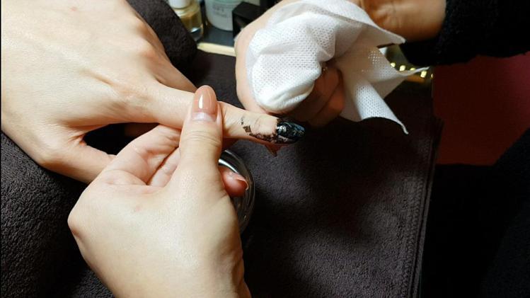 「綠野仙蹤」的轉印技巧:以濕紙巾沾取去光水,將指甲周圍擦拭乾淨。圖/記者陳立儀攝...