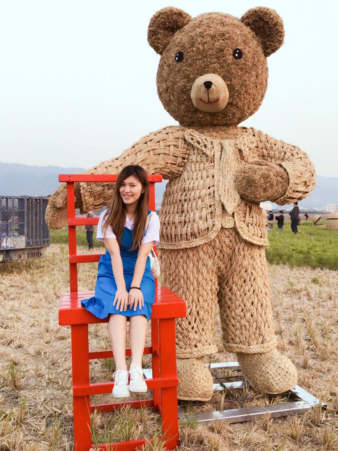 可愛的熊熊稻草人吸引許多民眾提早來搶拍,有線電視主持人楚庭開心在自己的家鄉拍美照...