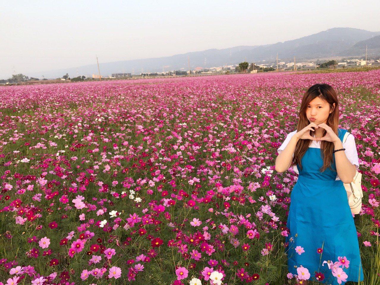 有線電視主持人楚庭更擺出各種可愛的姿態在自己的家鄉拍美照。圖/楚庭提供