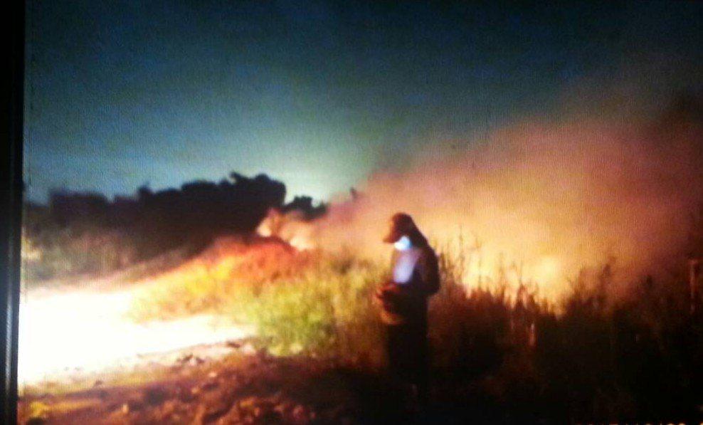 綠潔掩埋場今天下午因不明原因起火, 嘉義縣環保局人員晚間仍在現場檢測。 記者卜敏...