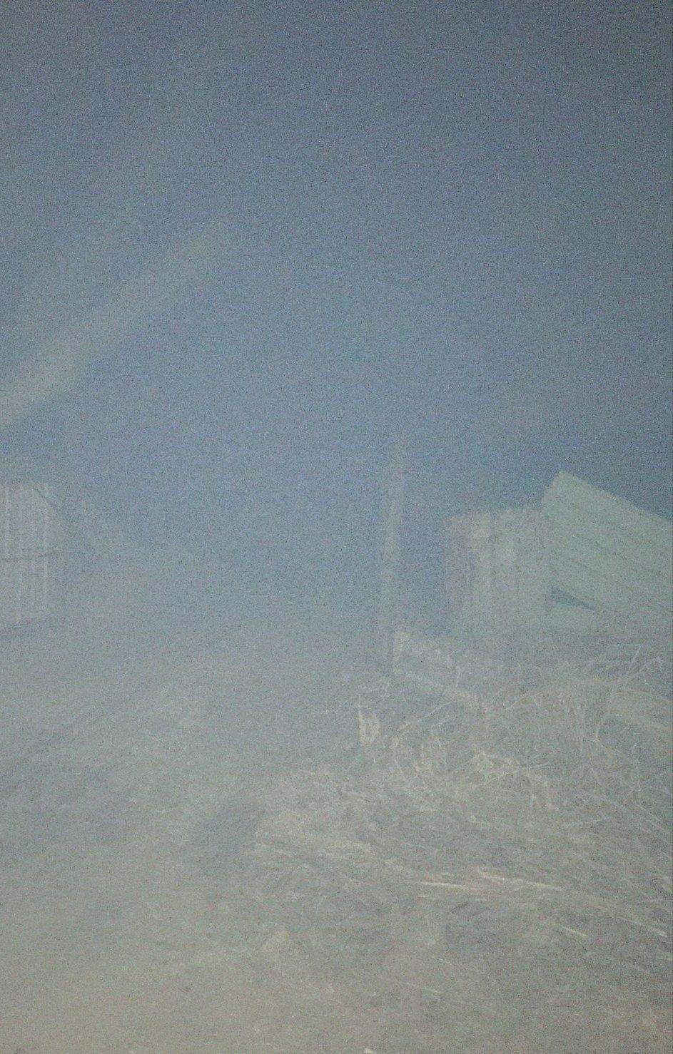 綠潔掩埋場今天下午因不明原因起火,周邊煙霧瀰漫。 記者卜敏正/翻攝
