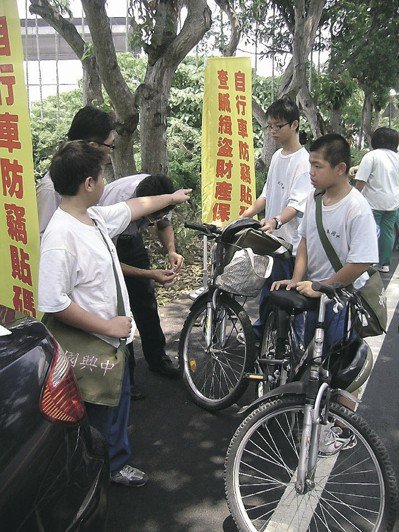 防止遭竊,南投縣中興警分局曾推廣自行車烙碼,出動警力到中興國中替學生服務。 圖/...