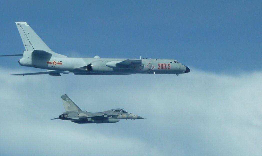 國軍經國號戰機伴飛監控中共空軍轟六K機。 圖/空軍提供