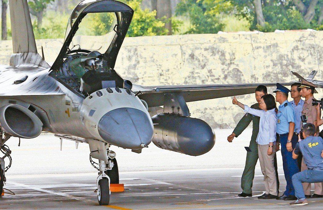 蔡英文總統(右四)到台南空軍基地視導模擬演練,近距離觀看經國號戰機,豎起大拇指向...