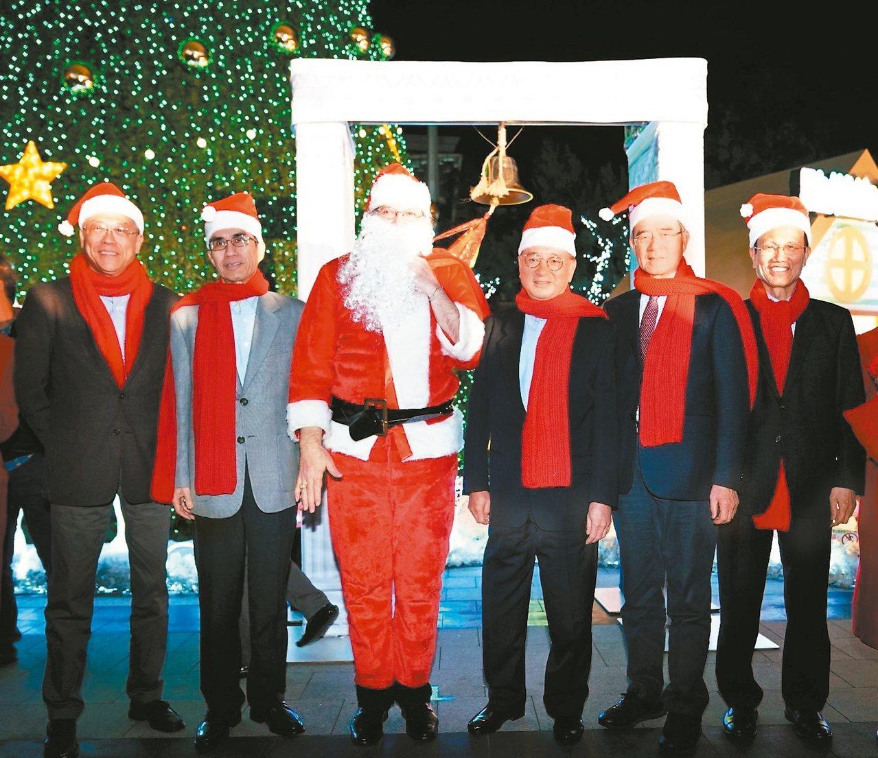 中國信託金融園區舉辦「耶誕童話冒險」活動,中信銀行董事長童兆勤(右三)、中國信託...