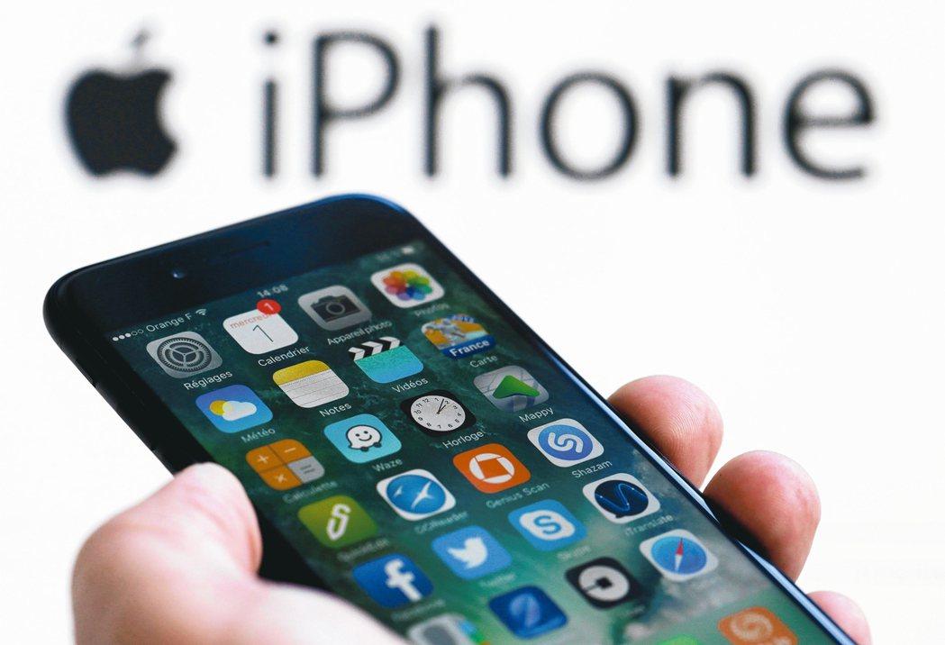 在蘋果坦承故意讓舊款iPhone處理器速度放慢、以防電池老化導致無預警關機後,目...
