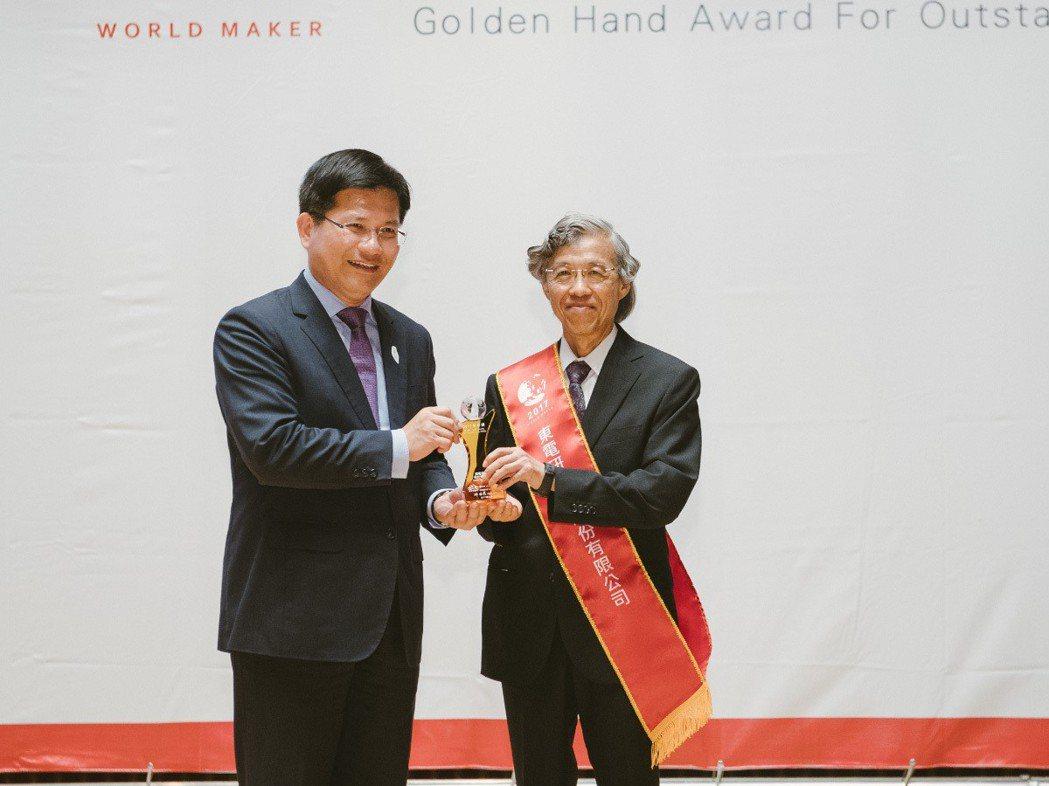 台中市長林佳龍(左)頒發金手獎獎座給東電研董事長李行泰。  東電研/提供