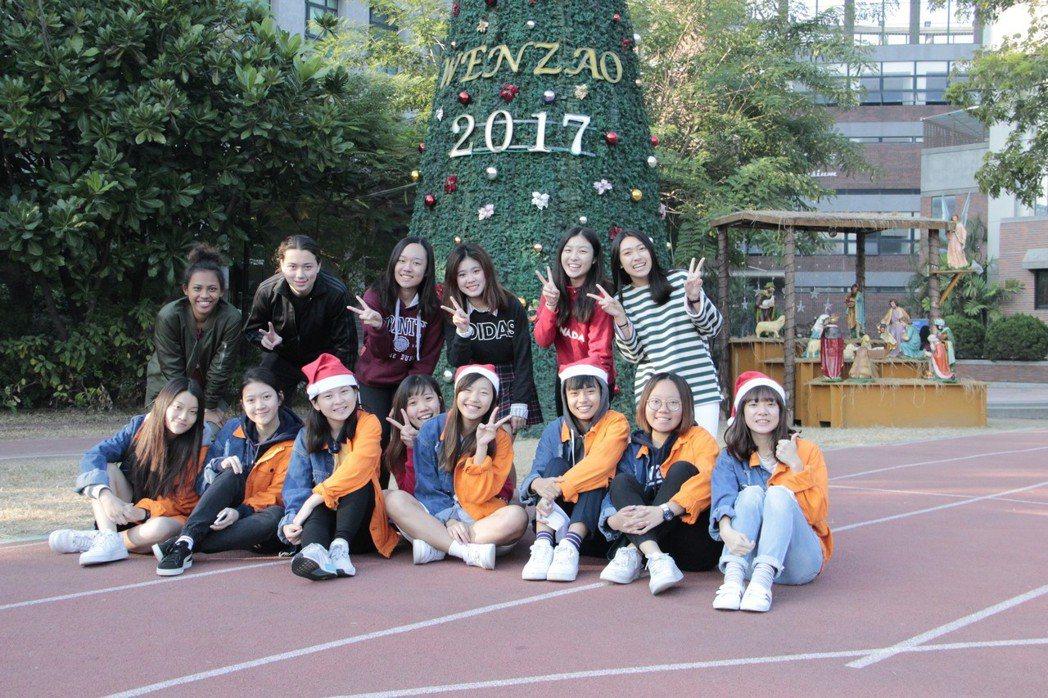 文藻外大舉辦朝會報佳音活動,學生互祝聖誕平安。 文藻外大/提供。