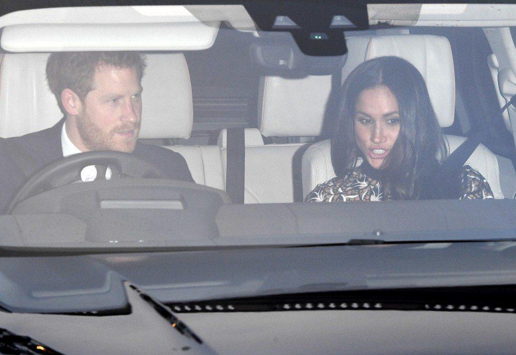 哈利王子駕車載著未婚妻梅根馬可抵達白金漢宮。 (歐新社)