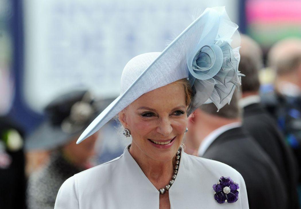 肯特麥可王子妃熱愛配帶胸針,她在德比日佩戴紫色花朵胸針。 (法新社)
