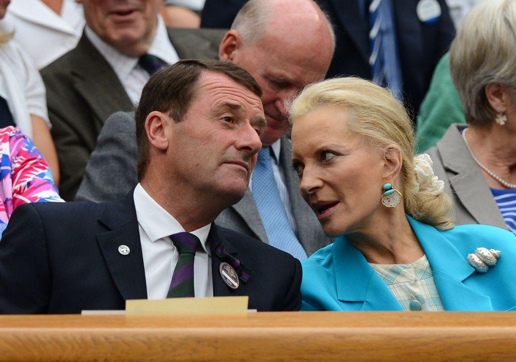 肯特麥可王子妃與全英俱樂部主席布魯克交談,她當時佩戴海洋風的貝殼胸針。 (法新社...