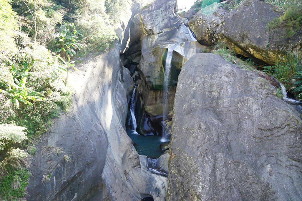 天空步道可進近距離面對巨石飛瀑的壯觀美景。記者陳妍霖/攝影