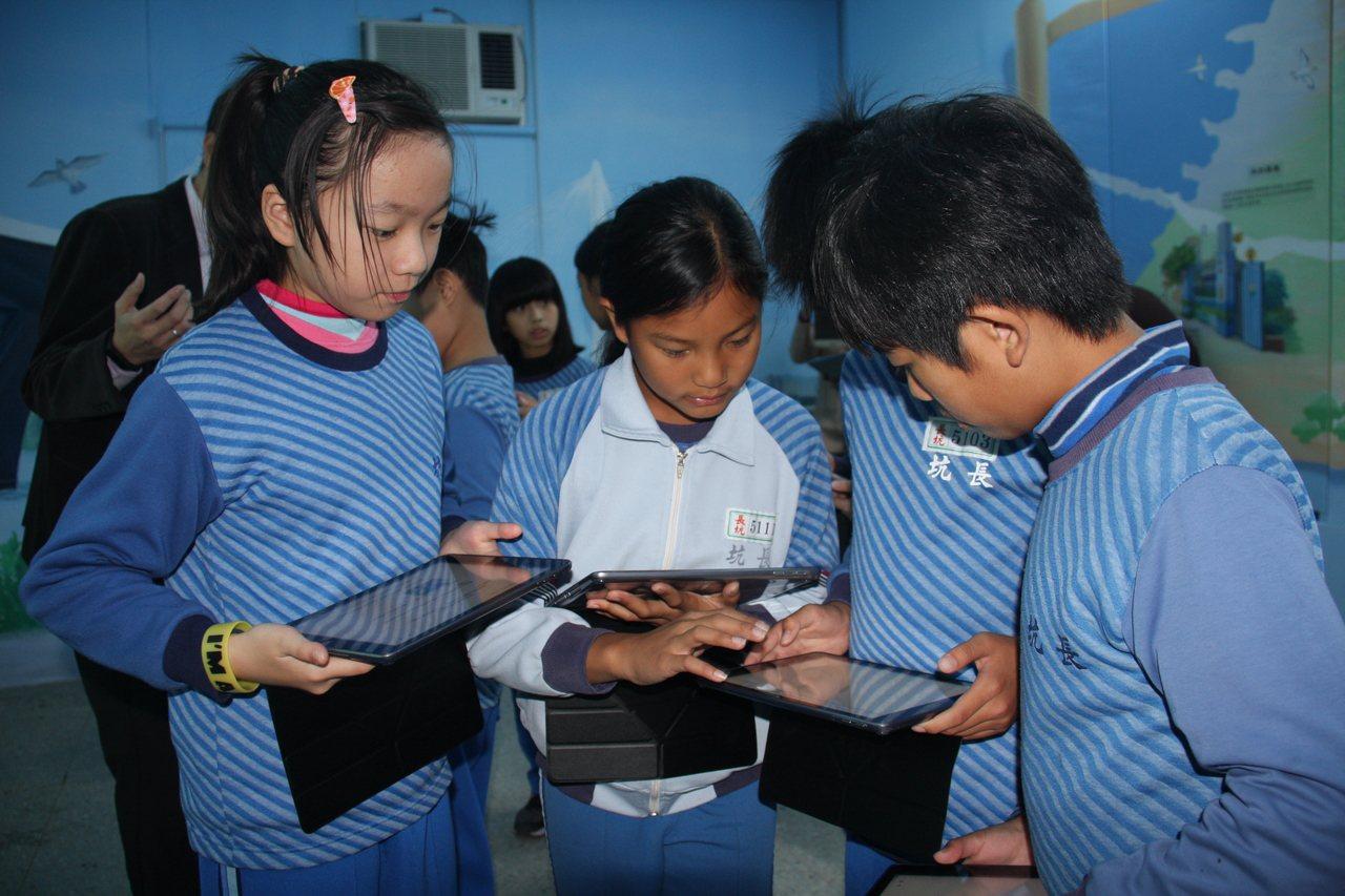 新北智慧學習教學觀摩會,學生運用平板進行學習探索。圖/新北市教育局提供