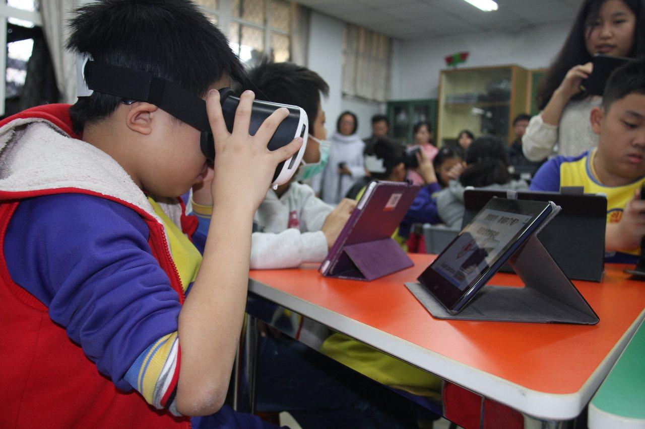 新北智慧學習教學觀摩會,學生運用AR科技學習。圖/新北市教育局提供