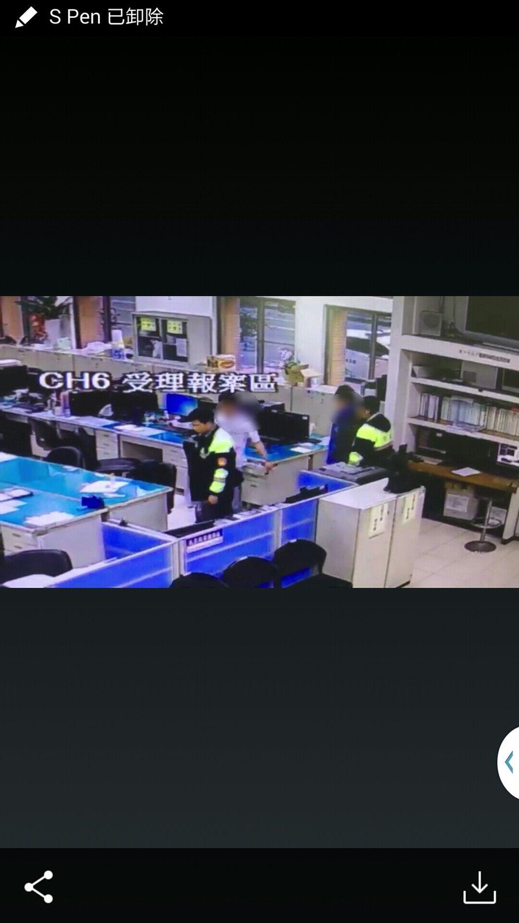 白衣男子酒醉到超商要買大亨堡,和藍衣店員口角。記者游振昇/翻攝