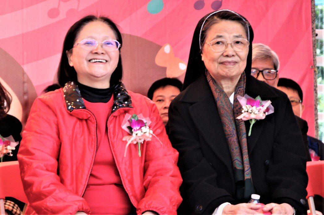 育仁小學前校長施麗蘭(右一)和執行長陳秀菊開懷的坐在一起。記者黃寅/攝影