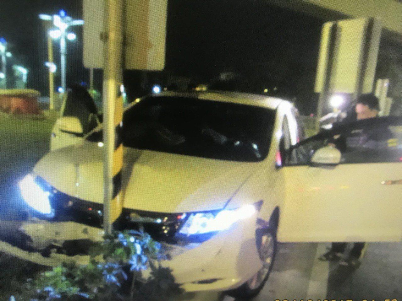 李女酒醉肇事,自撞路旁護欄。記者劉星君/翻攝