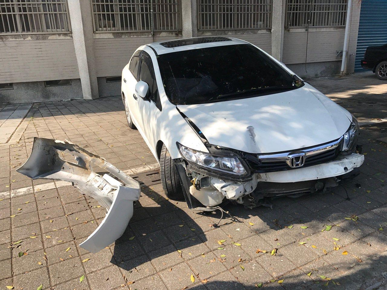 李女酒駕自撞,車頭撞毀。記者劉星君/攝影