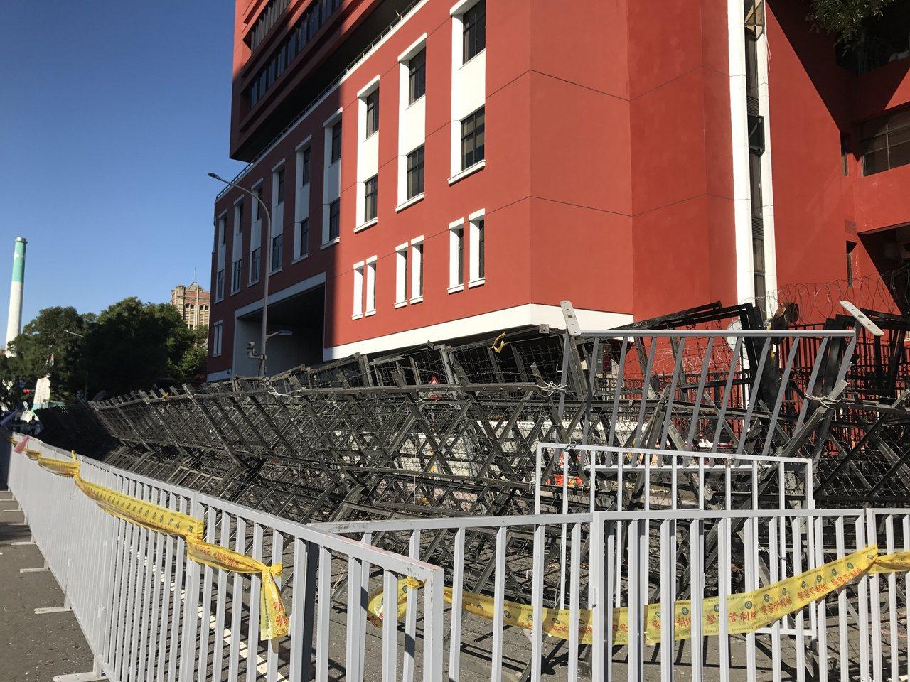 勞基法反修法抗議大遊行今登場,立院外已經架起層層拒馬。記者呂思逸/攝影