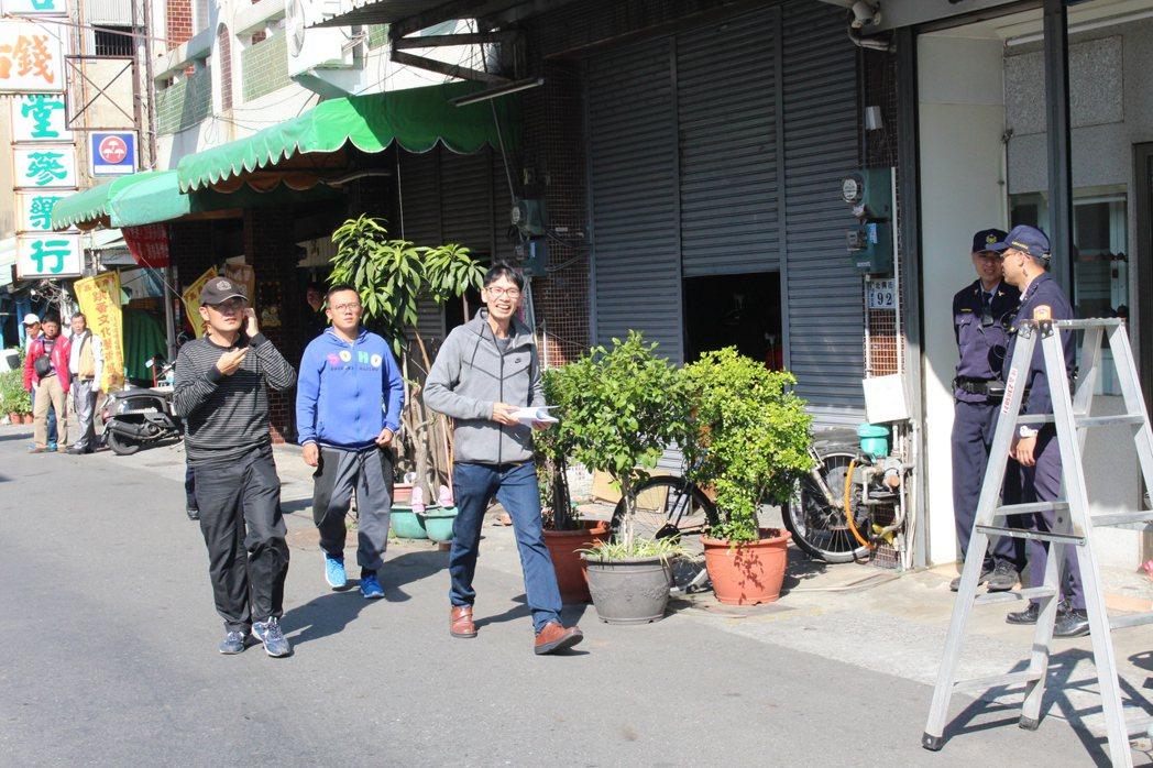 洪雅書坊老闆余國信(中)事前表態將遞陳情書,警察從他進入管制區後,一路緊跟。記者...