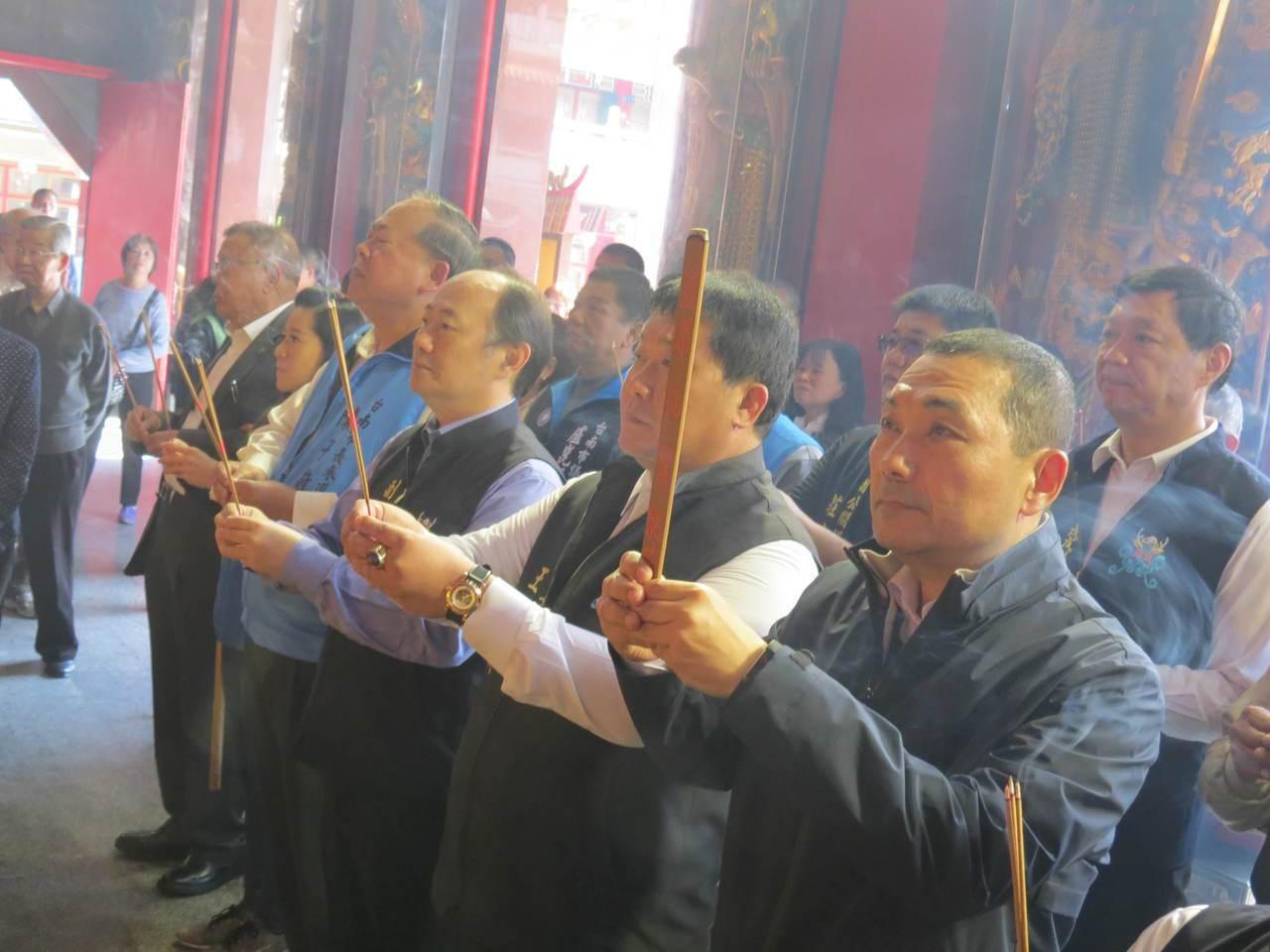 新北市副市長侯友宜到鹿耳門聖母廟參拜,大批鄉親歡迎。記者周宗禎/攝影